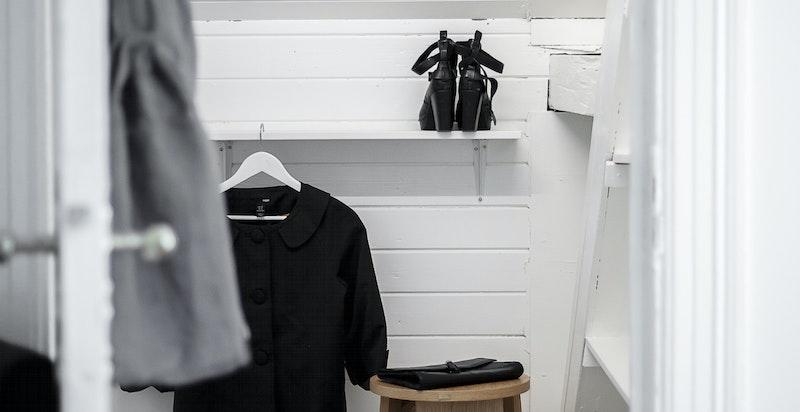 Eget walk-in closet eller lagringskott på soverom 2.