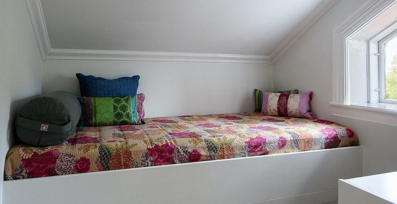 Meditasjonsrom eller gjesteseng. Snekkerlagret løsning med god lagringsplass under sengen.
