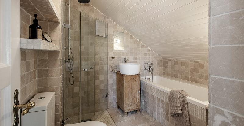 Sjarmerende bad med varmekabler, dusj og stort badekar