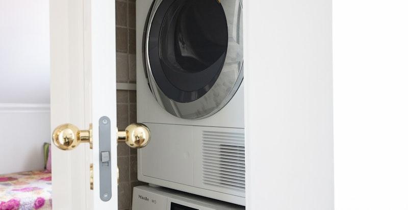 Praktisk avlukke for vaskemaskin og tørketrommel utenfor badet.