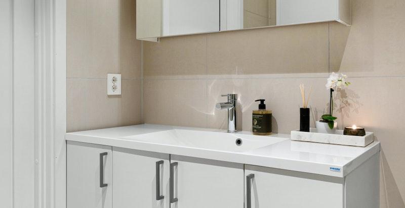 Det er opplegg og plass til vaskemaskin og tørketrommel