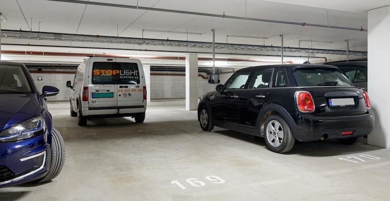 En parkeringsplass med EL-kontakt i garasje medfølger