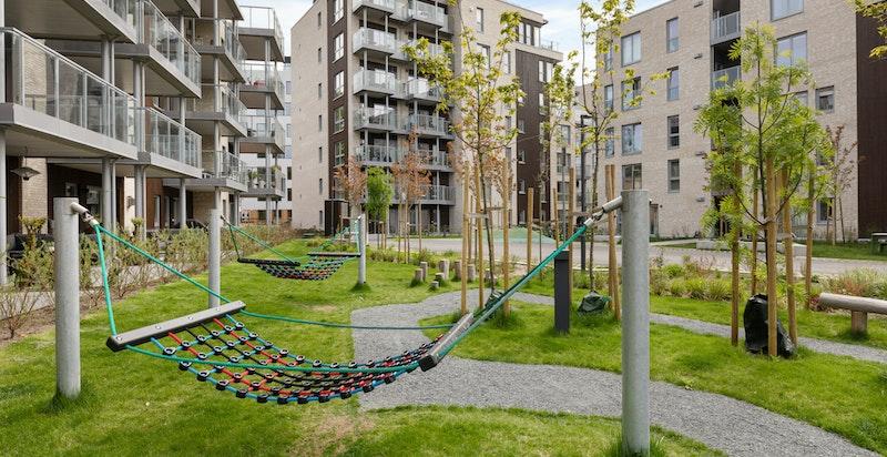 Barnevennlig område med lekeplass like utenfor leiligheten og flere barnehager i nærheten