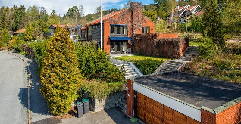 Fasaden med dobbel garasje i stille blindvei