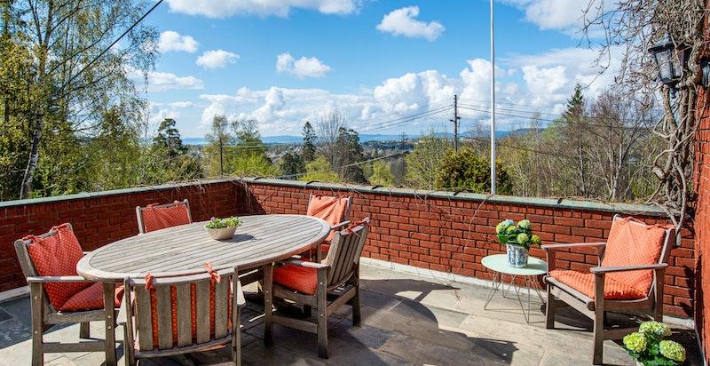 Flott utsikt fra den hyggelige terrassen