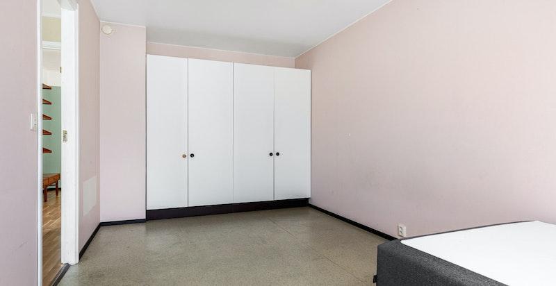 Soverommet er innredet med garderoberekke.