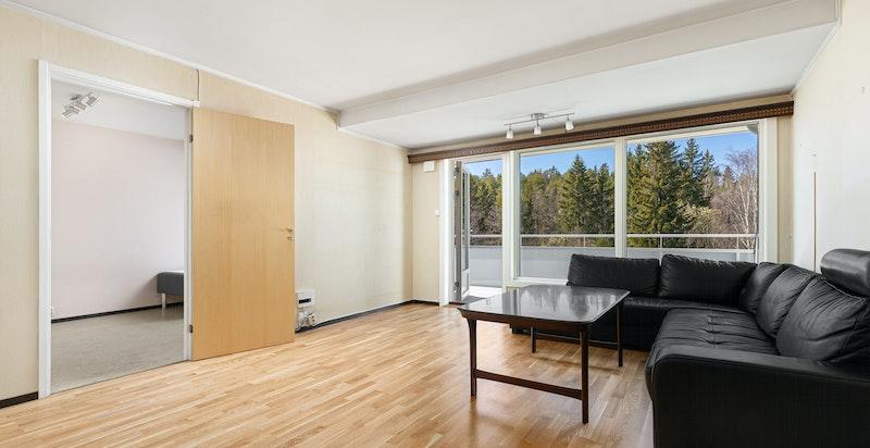 Stuen har god plass til sofamøblement og spisestue.