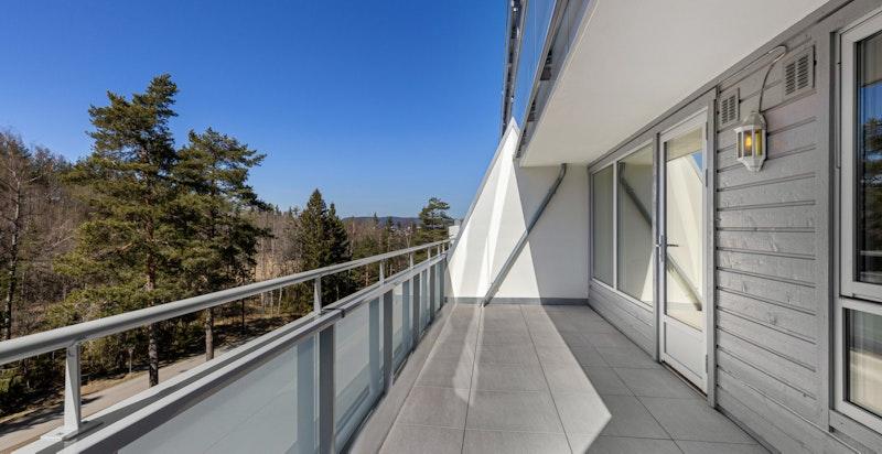 Solrik, vestvendt terrasse på 16 kvm med utsyn mot marka. Terrassen er nylig renovert.