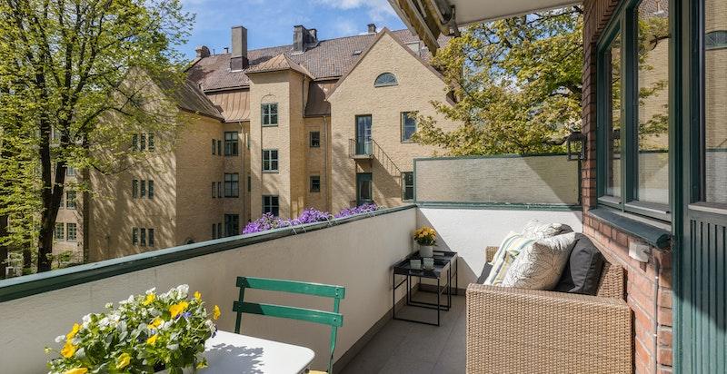 Hyggelig og solrik balkong på 7 kvm med utgang fra stue