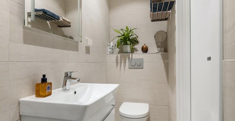 Praktsk og stilrent dusjbad/ wc fra 2017 med inngang fra hovedsoverom
