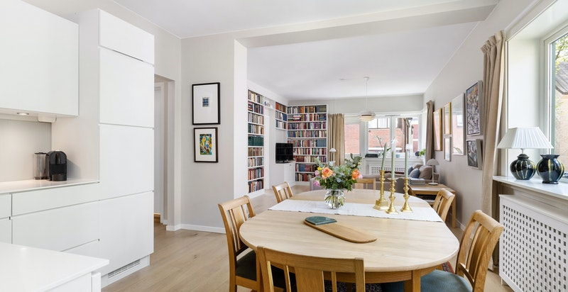 Det er åpen løsning mellom kjøkken og stue og rommet er stort og luftig