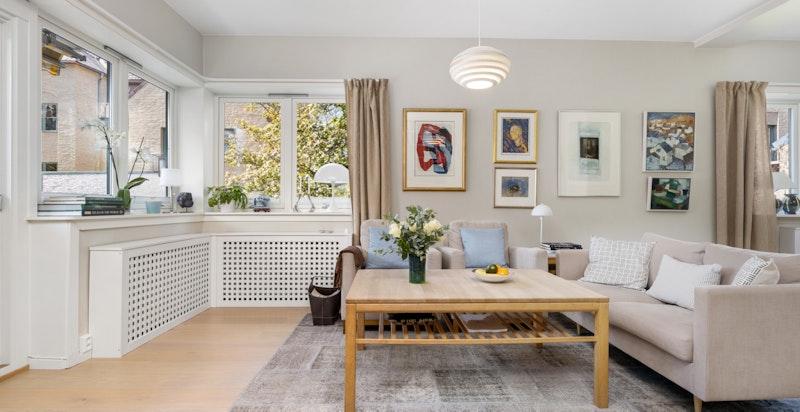 Det flotte hjørnevinduet gir god lysinngang til stuen og det er montert radiatorskjulere