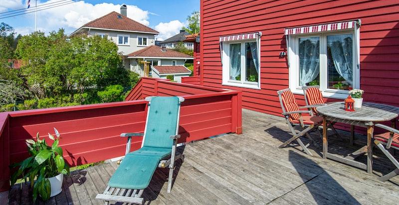 Solrik terrasse over garasje