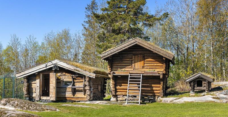 Hundehus tilknyttet inngjerdet hundegård og Stabbur (trolig opprinnelig fra Numedal)