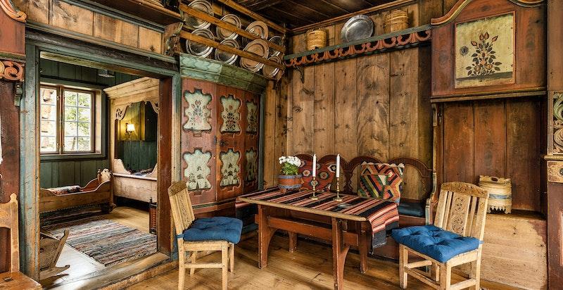 Inneholder stor stue med kleberstenspeis og 2 øvrige rom