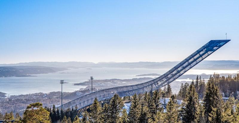 Holmenkollbakken ligger som et flott monument sett fra eiendommen