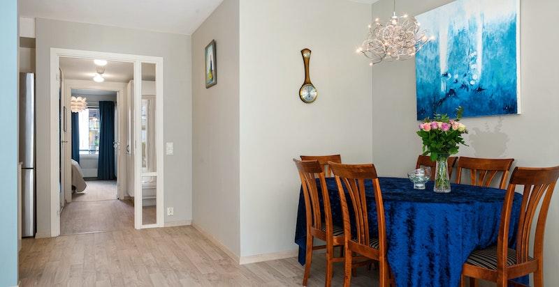 God plass for spisebord mellom kjøkken og stue