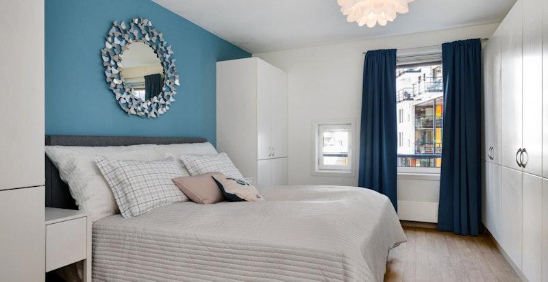 Hovedsoverom med god plass for stor seng og rikelig med skap