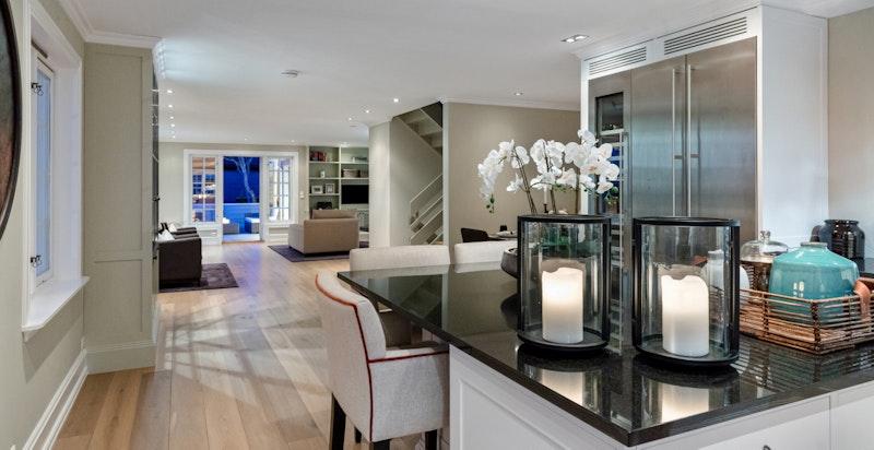 Romslig åpen løsning mot stue, spisestue og terrasse
