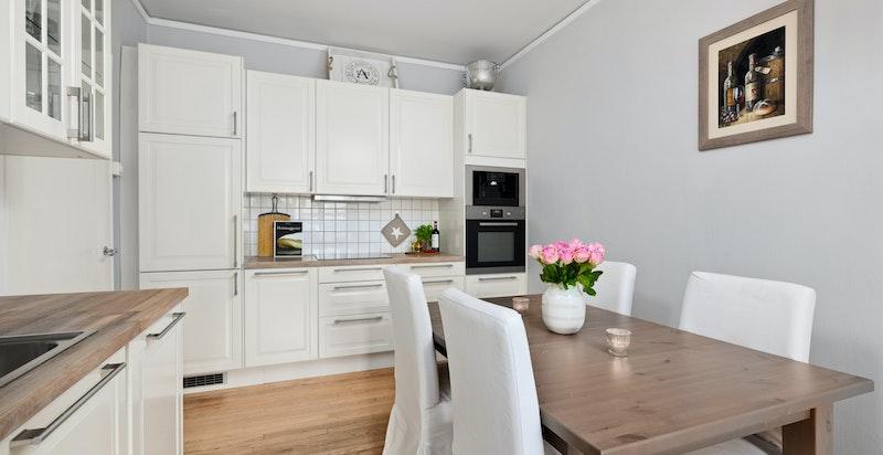 Kjøkken med flere soner og god plass til større spisebord