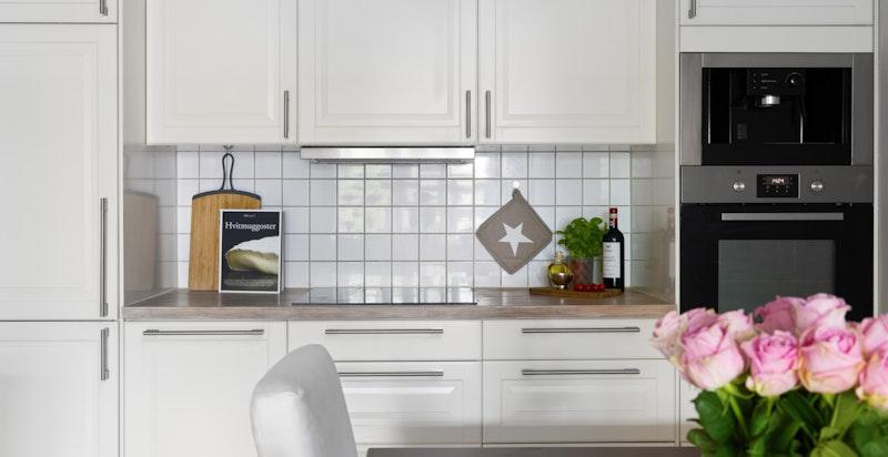 Kjøkkenet er komplett utstyrt med integrerte hvitevarer som inkluderer kaffemaskin