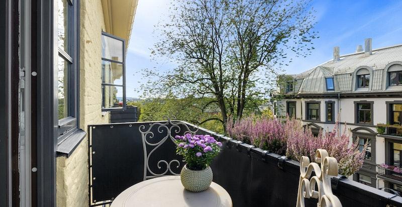Vestvendt balkong med gode solforhold og flott utsyn