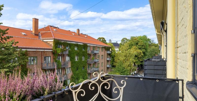 Balkongen vender ut mot enveiskjørt del av Nobels gate