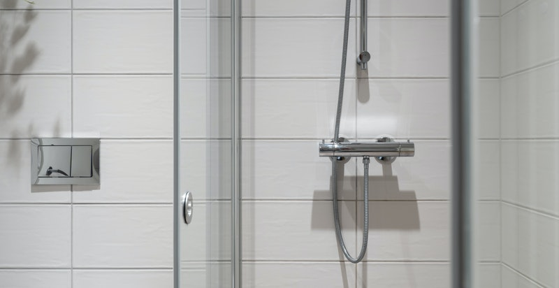 Oppgradert dusjvegg med Cristalguard - beskytter mot smuss, kalk og såprester