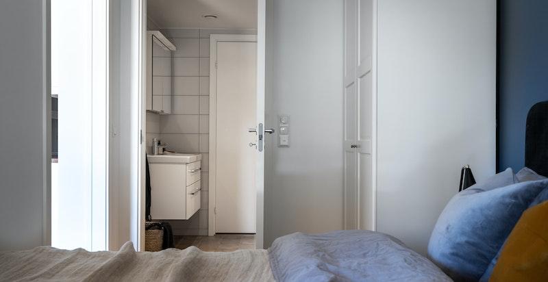 Baderommet ligger i tilknytning til soverommet