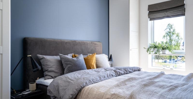 Romslig soverom som vender ut mot rolig område, rommet har god plass til dobbeltseng, PAX garderobeskap og tilhørende soveromsmøblement.