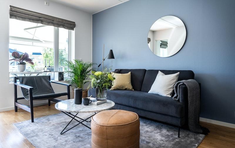 Romslig stue med god plass til sofa og tilhørende møblement