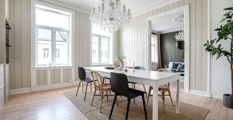 God plass til stort spisebord, enten plassert midt i rommet slik som på bildet, eller trukket inn mot veggen og vinduet.