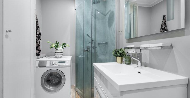 Et lekkert dusjbadet som også har god plass til vaskemaskin.