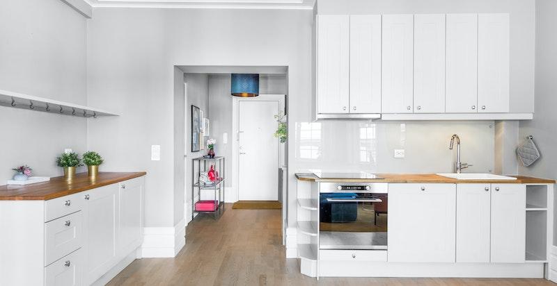 Kjøkkenet er åpent og ligger i en del av stuen.