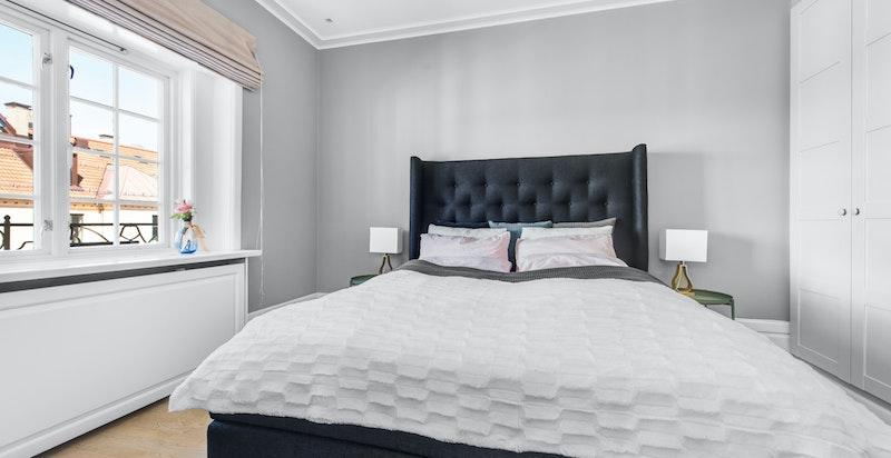 Soverommet er stort og luftig.