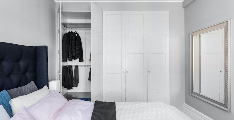 Godt med garderobeskap i soverommet.
