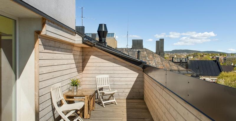 En trapp opp fra leiligheten er det også en felles takterrasse. Denne er veldig usjenert med sol hele dagen.