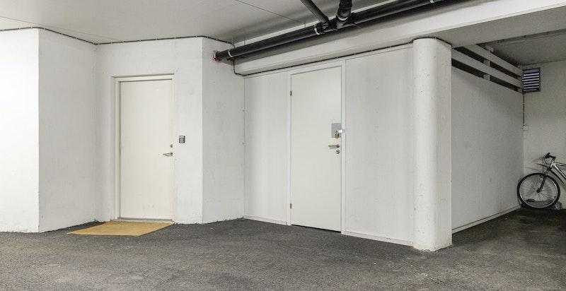 Garasje. Garasjeplass bygget om til stor privat bod, med strøm etc.