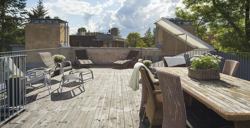 Privat takterrasse på 55 m² med nydelig sjøutsikt og sol hele dagen