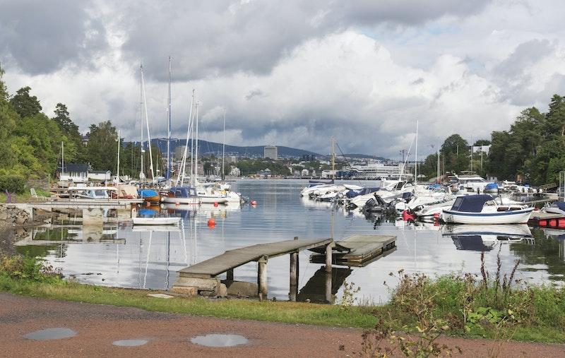 Umiddelbar nærhet til friområde innerst i Langviksbukta med kajakklubb og flere båtforeninger.