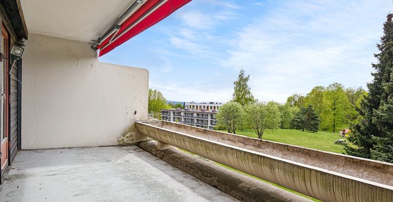 Stor, solrik terrasse mot grønt fellesområde. Rolig og solrikt (Balkong pusses snarlig opp av sameiet)
