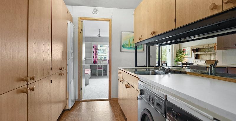 Grovkjøkken med inngang soverom