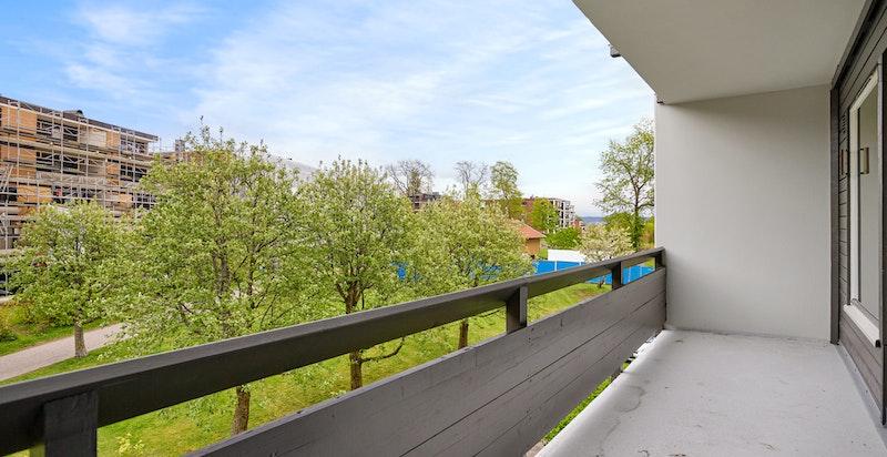 Romslig terrasse ut fra spisestue