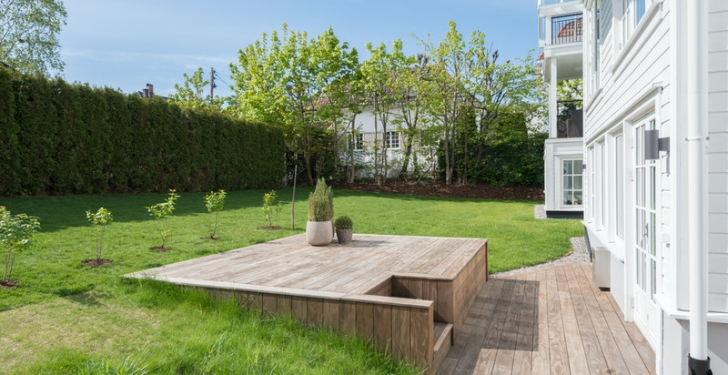 Solrik terrasse og hage