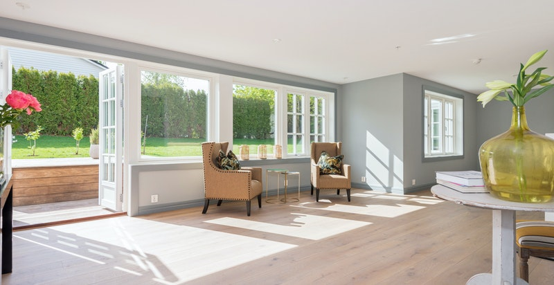 Store vindusflater i stuen, og utgang terrasse og hage