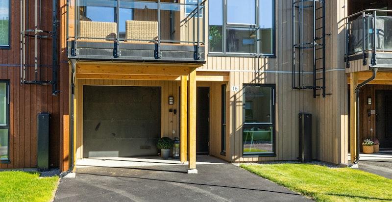 -Garasje med port med automatåpner og tørr adkomst til boligen-