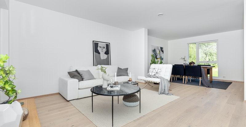 -God plass til sofagrupper og stort spisebord-