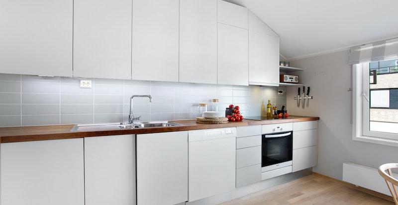 Kjøkkenet ble fornyet i 2006 med ny benkeplate og nye fronter
