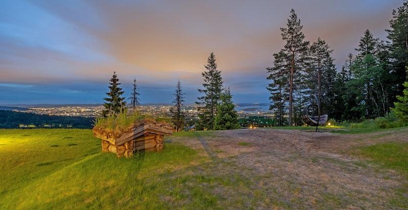Nydelig utsikt over fjorden, byen og marka