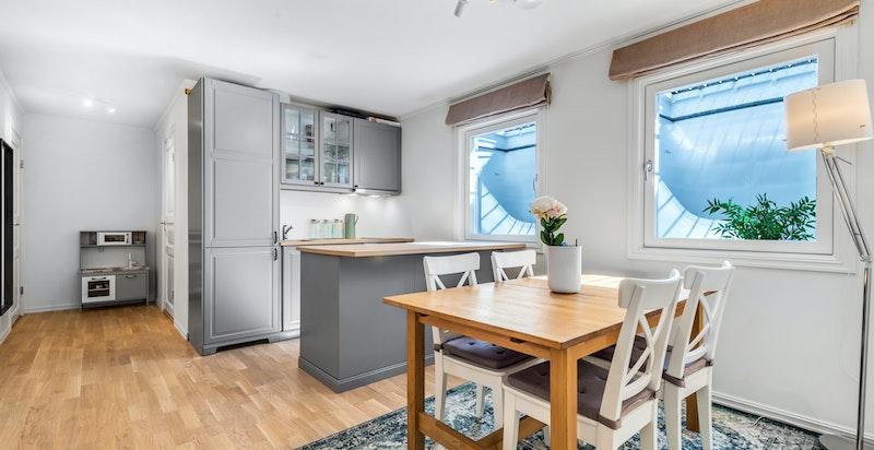 Innredet rom med kjøkken-/vaskeromsinnredning (ikke godkjent til varig opphold)